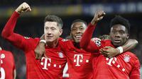 Para pemain Bayern Munchen merayakan kemenangan atas Chelsea pada laga Liga Champions di Stadion Stamford Bridge, Selasa (25/2/2020). Chelsea takluk 0-3 dari Bayern Munchen. (AP/Frank Augstein)