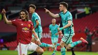 Striker Liverpool, Diogo Jota (kanan) melakukan selebrasi usai mencetak gol pertama Liverpool ke gawang Manchester United dalam laga lanjutan Liga Inggris 2020/2021 pekan ke-35 di Old Trafford, Kamis (13/5/2021). Liverpool menang 4-2 atas Manchester United. (AFP/Dave Thompson/Pool)