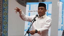 Wakil Ketua Umum Dewan Masjid Indonesia (DMI) Komjen Pol Syafruddin (tengah) memberi sambutan saat meresmikan Ricma Store di Masjid Cut Meutia, Menteng, Jakarta, Jumat (9/3). (Liputan6.com/Arya Manggala)