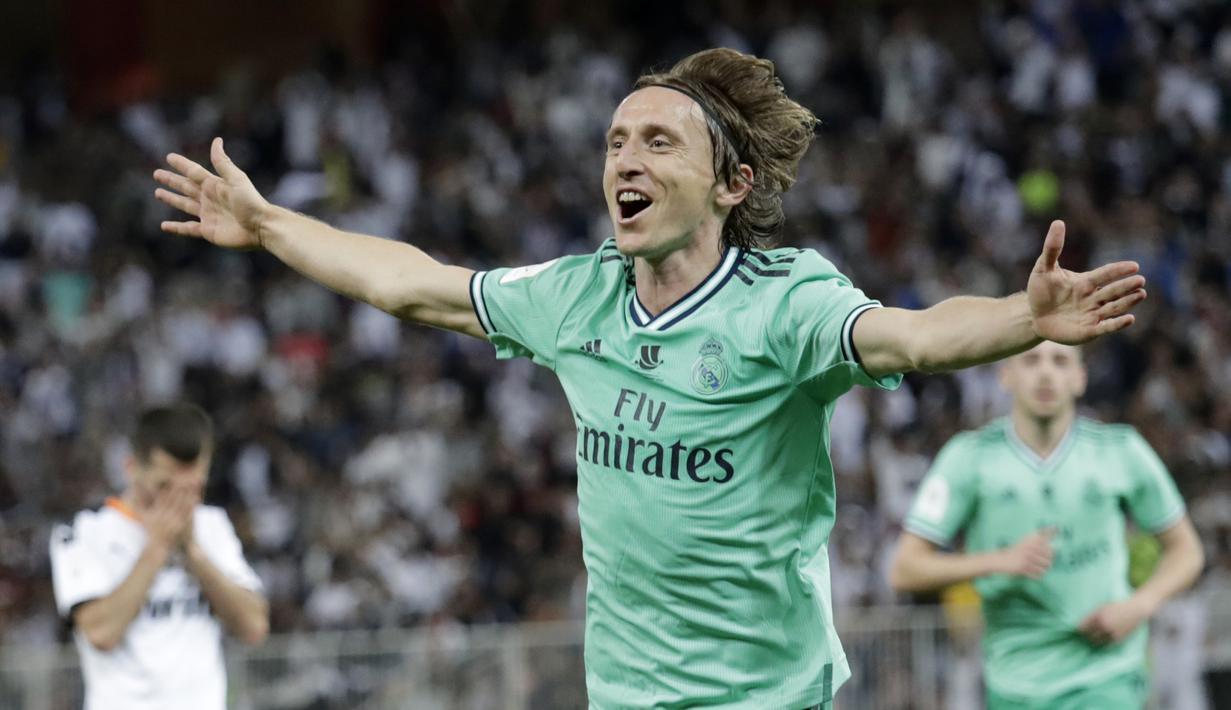 Gelandang Real Madrid, Luka Modric berselebrasi usai mencetak gol ke gawang Valencia pada pertandingan semifinal Piala Super Spanyol di stadion King Abdullah di Jiddah, Arab Saudi, Rabu, (8/1/2020). Madrid menang 3-1 atas Valencia. (AP Photo/Hassan Ammar)