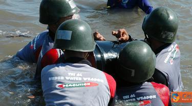 Citizen6, Probolinggo: Latihan demolisi (peledakan) bom oleh siswa ini merupakan ujian dari apa yang telah mereka pelajari. Dalam latihan tadi diskenariokan siswa melaksanakan praktek counter mining (penghancuran ranjau). (Pengirim: Penkobangdikal)