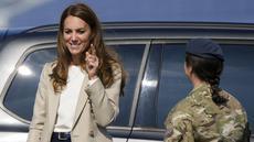 Duchess of Cambridge Kate Middleton bertemu dengan personel militer saat mengunjungi RAF Brize Norton di Oxfordshire, Inggris Rabu (15/9/2021). Sosok Kate Middleton yang disebut menghilang dua bulan akhirnya terlihat kembali di publik. (AP Photo/Frank Augstein)