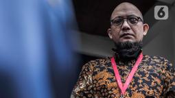 Penyidik KPK Novel Baswedan usai memneuhi panggilan penyidik Komisi Kejaksaan di Jakarta, Kamis (2/7/2020). Novel Baswedan memberikan keterangan terkait aduan masyarakat terhadap penuntut kasus penyerangan air keras pada 2017. (Liputan6.com/Johan Tallo)