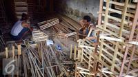 Perajin menyelesaikan pembuatan keranjang parcel di bekas kios Pasar Kobong Semarang , Kamis (23/6). (Liputan6.com/Gholib)