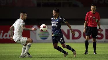 FOTO: PS Sleman Kontra Persib Bandung Masih Imbang 0-0 di babak Pertama - Frets Butuan; Aaron Michael Evans
