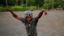 Senyum bahagia menghiasi wajah salah satu warga setelah Panel Lampu Tenaga Surya Hemat Energi (LTSHE) telah terpasang di Dusun Katikupelang, Desa Petawang, Kecamatan Umalulu, Kabupaten Sumba Timur, NTT, Rabu (21/11). (Liputan6.com/HO/Hadi M Djuraid)