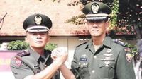 Momen ketika Ganip Warsito menggantikan Doni Monardo sebagai Dan Yonif 741/Satya Bhakti Wirottama di Bali. Kini Ganip dilantik jadi Kepala BNPB juga menggantikan Doni. (Istimewa)