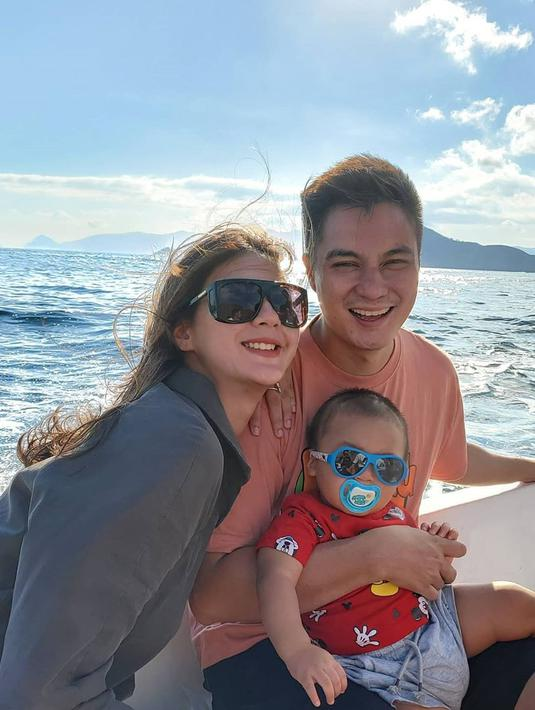 Kabar bahagia menyelimuti keluarga kecil Baim Wong dan Paula Verhoeven. Pasalnya, kini Payla tengah mengandung anak kedua. Si tampan Kiano Tiger Wong pun akan menjadi seorang kakak, meski usianya belum genap satu tahun. (Instagram/baimwong)