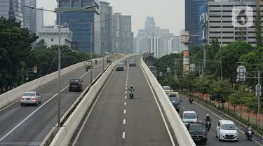 Pengendara sepeda motor melintasi Jalan Layang Non Tol (JLNT) Kampung Melayu-Tanah Abang, Jakarta, Kamis (12/3/2020). Ditlantas Polda Metro Jaya berencana menerapkan tilang elektronik atau electronic traffic law enforcement (ETLE) dalam waktu dekat di JLNT tersebut. (Liputan6.com/Immanuel Antonius)