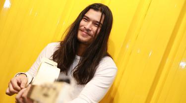 Berpenampilan sangar dengan rambut gondrong, ternyata Virzha merupakan rocker yang taat pada kewajibannya sebagai seorang muslim. (Adrian Putra/Bintang.com)