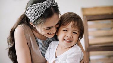 Sabai Morscheck kini tengah menikmati momen manis mengasuh sang buah hati. Melalui akun Instagramnya, ia kerap membagikan momen kedekatan bersama Bjorka. Sebagai ibu dan anak, keduanya tampak kompak di berbagai kesempatan. (Liputan.com/IG/@sabaidieter)