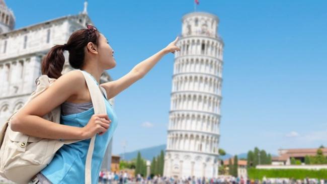 Seorang wanita sedang berfoto di depan Menara Pisa | Photo: Copyright stuff.co.nz