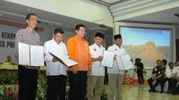 Capres-cawapres Jokowi-Jk dan Prabowo-Hatta meperlihatkan surat laporan di KPU. (Liputan6.com/Herman Zakharia)