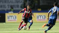 Pemain Persipura Jayapura,  Prisca Elisa Womsiwor, saat melawan Persib Bandung pada laga Liga 1 2017 di GBLA.  (Bola.com/Nicklas Hanoatubun)