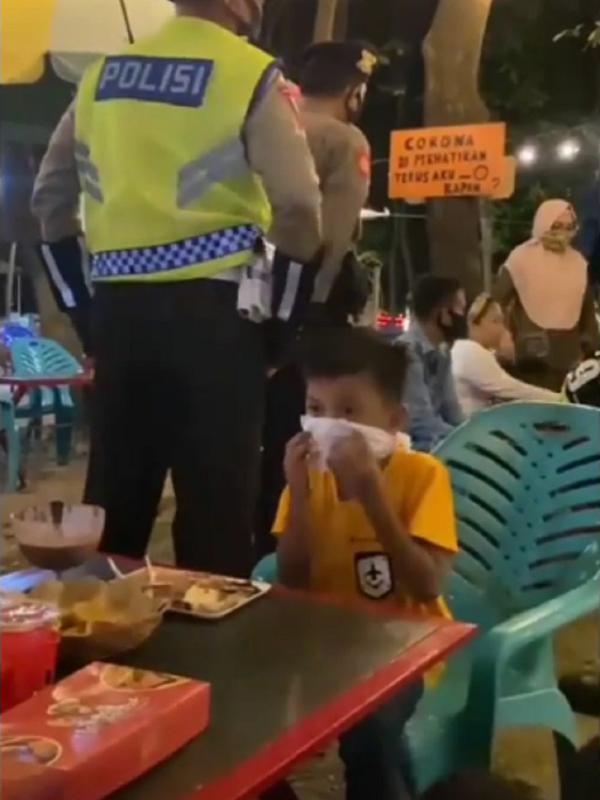 Bocah ubah tisu menjadi masker karena panik saat terjadi razia masker oleh polisi.