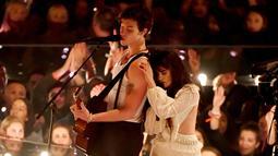 Shawn Mendes dan Camila Cabello saat tampil di atas panggung MTV VMA's 2019 di New Jersey, AS (26/8/2019). Keduanya tampak sangat mesra bahkan mereka hampir berciuman di atas panggung saat hidung Shawn Mendes dan Camila Cabello bersentuhan. (Noam Galai/Getty Images/AFP)