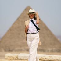 Ibu Negara AS Melania Trump saat berkunjung ke situs bersejarah Piramida Giza dekat Kairo, Mesir (6/10). Melania tampil mengenakan busana safari klasik saat mengunjungi destinasi terakhir pselama seminggu di Afrika. (AP Photo/Carolyn Kaster)