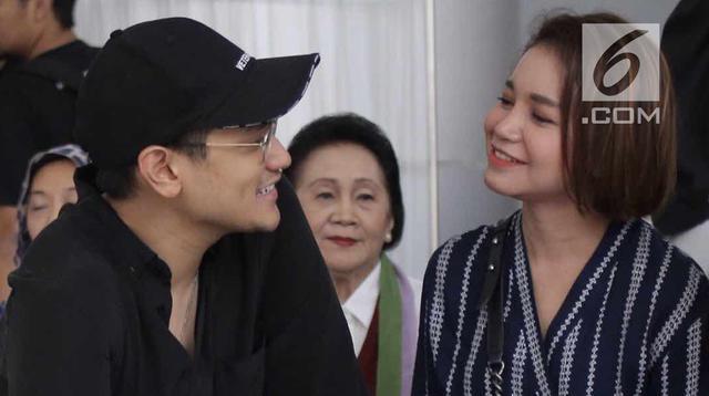 Penyanyi Afgan dan Rossa berbincang sebelum menghibur pasien anak-anak di RSCM, Jakarta, Senin (28/5). Dalam acara tersebut mereka juga kerap menunjukkan kemesraannya. (Liputan6.com/Faizal Fanani)
