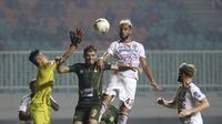 Bek Bali United, Willian Pacheco, berebut bola atas dengan pemain Tira Persikabo pada laga Shopee Liga 1 di Stadion Patriot Pakansari, Bogor, Kamis (15/8). Bali menang 2-1 atas Tira Persikabo. (Bola.com/Yoppy Renato)