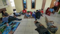 Pemudik sepeda motor beristirahat di sebuah masjid di Jalur Puntura, Jawa Barat, Minggu (2/6/2019). Masjid dan warung pinggir jalan jadi lokasi favorit pemudik sepeda motor melepas lelah saat melintasi Jalur Pantura (Liputan6.com/Herman Zakharia)