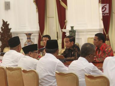 Presiden Joko Widodo, Kepala Staf Kepresidenan Moeldoko dan Menteri Pertanian Amran Sulaiman berdialog dengan Dewan Pimpinan Pusat Asosiasi Petani Tebu Rakyat Indonesia (DPP APTRI) di Istana Negara, Jakarta, Selasa (5/3). (Liputan6.com/Angga Yuniar)