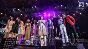 Para pemain sinetron Siapa Takut Jatuh Cinta saat menampilkan drama musikal dalam malam puncak Hut SCTV ke-28 di ICE BSD, Tangerang, Jumat (24/8). Tema yang diusung dalam Hut ke-28 SCTV adalah The Greatest Celebration. (Liputan6.com/Faizal Fanani)