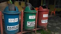 Tong sampah yang dipilah antara sampah organik, anorganik dan limbah B3. (Liputan6.com/ Novia Harlina)