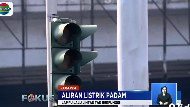 Guna mengatur arus kendaraan, beberapa petugas kepolisian mengatur arus seperti yang tampak di Perempatan Grogol dan Roxy Jakarta Barat.