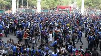 Ribuan Bobotoh membuat biru kawasan SUGBK, Jakarta, Minggu (18/10/2015). Kedatangan Bobotoh untuk mendukung Persib Bandung melawan Sriwijaya FC di Final Piala Presiden 2015 (Liputan6.com/Herman Zakharia)