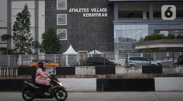 Pengendara motor melintas di depan Wisma Atlet, Kemayoran, Jakarta, Jumat (20/3/2020). Pemerintah akan mengubah fungsi Wisma Atlet Asian Games sebagai rumah sakit darurat khusus penanganan virus corona (Covid-19) sehingga bisa dipakai pada Senin (23/3/2020). (Liputan6.com/Immanuel Antonius)