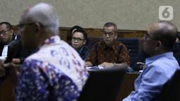 Terdakwa suap pengadaan pesawat dan mesin pesawat di PT Garuda Indonesia,  Emirsyah Satar mendengarkan keterangan saksi di Pengadilan Tipikor Jakarta, Kamis (30/1/2020). Sidang beragendakan mendengarkan keterangan dua saksi, Kabul Riwanto dan Welfridus Korbaho. (Liputan6.com/Angga Yuniar)