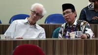 """Rais Syuriah NU, KH Masdar Farid Mas'udi bersama Franz Magnis-Suseno hadir dalam diskusi, di Jakarta, Rabu (13/12).  Diskusi tersebut membahas """"Hubungan Islam dan Pancasila"""". (Liputan6.com/JohanTallo)"""