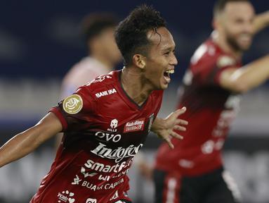 Bali United menang tipis 1-0 atas Persik Kediri dalam laga pembuka BRI Liga 1 2021/2022 di Stadion Utama Gelora Bung Karno, Jakarta Pusat, Jumat (27/8/2021). Gol tunggal sekaligus gol pertama di BRI Liga 1 ini dicetak striker Persik, M. Rahmat pada menit ke-83. (Foto: Bola.com/Ikhwan Yanuar)