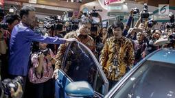 Menteri Perindustrian Airlangga Hartarto melihat mobil yang dipamerkan pada pameran otomotif Indonesia International Motor Show (IIMS) 2019 di JiExpo Kemayoran, Jakarta, Kamis (25/4). Untuk hajatan tahun ini, acara resmi dibuka oleh Menperin Airlangga Hartarto. (Liputan6.com/Faizal Fanani)