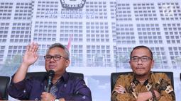 Ketua KPU, Arief Budiman (kiri) saat rilis terkait pembatalan 11 parpol peserta Pemilu 2019 untuk DPRD Provinsi, DPRD Kabupaten/Kota, Jakarta, Kamis (21/3). Pembatalan karena tidak menyerahkan laporan awal dana kampanye. (Liputan6.com/Helmi Fithriansyah)