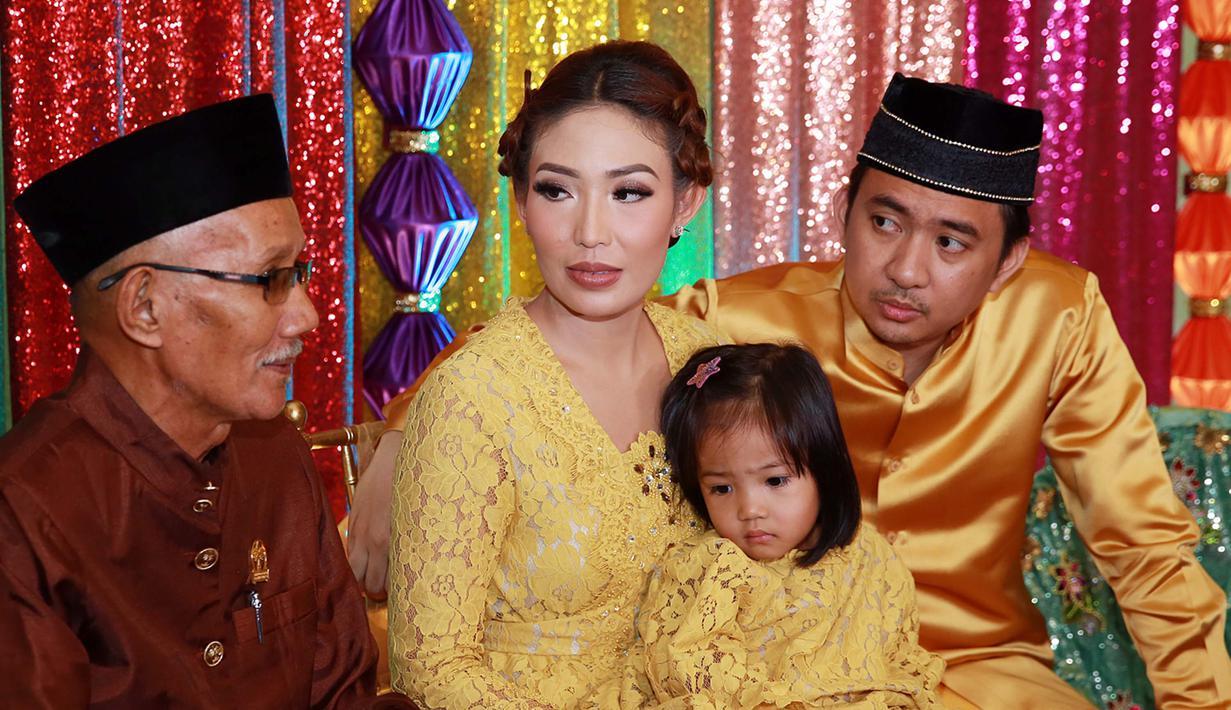 Putri Ayu Dewi Mandi Perasan Jeruk untuk Hilangkan Sifat ...
