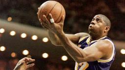 Magic Johnson merupakan salah satu point guard terbaik dalam sejarah NBA. Terbukti dirinya pernah meraih tiga kali MVP reguler, tiga kali MVP final, dan dua kali MVP All Star. Selain itu, ia juga pernah antarkan Los Angeles Lakers raih lima kali gelar juara. (Foto: Getty Images via AFP/Tony Ranze)