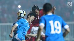 Kapten timnas Indonesia U-23, Hansamu Yama Pranata (tengah) berebut bola atas dengan pemain Uzbekistan, Alikulov Khusniddin pada laga PSSI Anniversary 2018 di Stadion Pakansari, Kab Bogor, Kamis (3/5). Laga imbang 0-0. (Liputan6.com/Helmi Fithriansyah)
