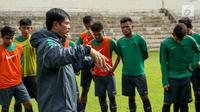 Pelatih Timnas Indonesia U-19 Indra Sjafri memberi arahan kepada pemainnya saat sesi latihan di Stadion Padonmar, Yangon, Jumat (9/9). (Liputan6.com/Yoppy Renato)