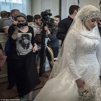 Tak seperti pengantin kebanyakan, wanita ini terlihat begitu sedih ketika pernikahannya disahkan. (Foto: Daily Mail)