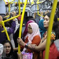 Netizen bernama Choro di Twitter mengungkapkan dirinya terkejut dengan perlakuan seorang ibu di Trans Jakarta. (Sumber foto: news.liputan6.com)