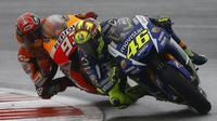 Pebalap Movistar Yamaha Valentino Rossi ditempel ketat pebalap Repsol Honda Marc Marquez dalam ajang MotoGP Inggris Raya di Sirkuit Silverstones, Minggu (30/8/2015).  (Liputan6.com/REUTERS/Darren Staples)