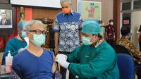 Gubernur Ganjar Pranowo meninjau Vaksinasi tahap II yg dilaksanakan di RST Wiratamtama dan RSUD Tugurejo, di Kota Semarang. Rabu (3/3). (Foto: Liputan6.com/Felek Wahyu)