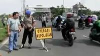 Polisi tilang pengendara di Jembatan Layang Pesing. Sementara itu, Dinkes DKI dan Satpol PP menggerebek klinik aborsi di kawasan Senen.
