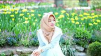 Kini gaya hijab syar'i ala Teh Ninih digemari hijabers lewat desain stylish dan cantik putri Aa Gym Ghaida Tsurraya. Lihat di sini