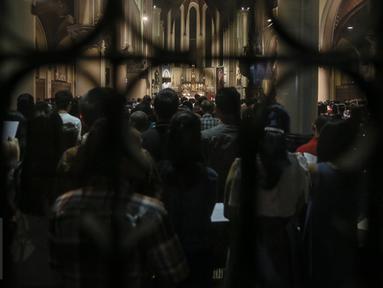 """Umat kristiani mengikuti misa Natal di Gereja Katedral, Jakarta, Kamis (24/12). Perayaan Natal 2015 mengangkat tema """"Hidup Bersama Sebagai Keluarga Allah"""". (Liputan6.com/Faizal Fanani)"""