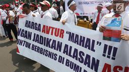 Serikat Pekerja Pertamina menggelar aksi damai di depan Istana, Jakarta, Selasa (19/2). Mereka mengklarifikasi harga avtur yang dijual PT Pertamina (Persero) sudah kompetitif sehingga bukan biang keladi mahalnya tiket pesawat. (Liputan6.com/Angga Yuniar)