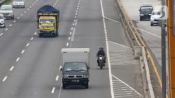 Sepeda motor melintasi Tol Karang Tengah, Tangerang, Banten, Kamis (2/1/2020). Pengendara sepeda motor masih diperbolehkan melintasi tol untuk menghindari ruas jalan yang terendam banjir di beberapa wilayah Jabodetabek. (Liputan6.com/Angga Yuniar)