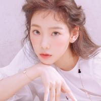 Taeyeon sering terlihat menggunakan peachy makeup sebagai andalannya. Sering tampil dengan peachy makeup warna orange dan pink, pesona Taeyeon layaknya anak 17 tahun. Didukung dengan wajah yang imut dan body goals, Taeyeon selalu bikin iri netizen. (Liputan6.com/IG/@taeyeon_ss)