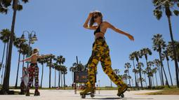 Sejumlah skater berlatih di Pantai Venice, Los Angeles (13/5/2020). Los Angeles County membuka kembali pantai-pantainya pada Rabu dalam pelonggaran terbaru pembatasan coronavirus yang telah menutup sebagian besar ruang publik dan bisnis California selama hampir dua bulan. (AP/Mark J. Terrill)